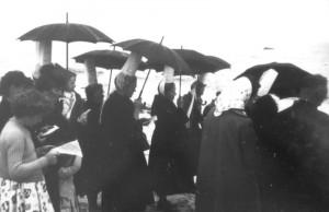 Quelques Bigoudènes dans l'assistance d'un service de baptêmes d'adultes sur la grève de Léchiagat en 1957.  Il s'agit d'un service pentecôtiste. L'homme à droite est le pasteur Paul Rainaud, de Douarnenez.  Cliché communiqué par M. Gloaguen.
