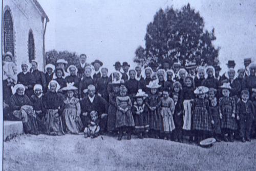 Sortie de culte protestant à Pont-Menou vers 1900.