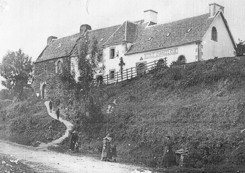 L'école de Pont-Menou, vers 1910. Scène d'été devant la fontaine de Pont-Menou. La jeune institutrice, Marie Yvonne Omnès, est descendue son seau à la main, accompagnée de ses enfants. Devant la source, probablement, son amie de Trémel, Émilie Le Quéré, institutrice comme elle, qui avait été témoin à son mariage.