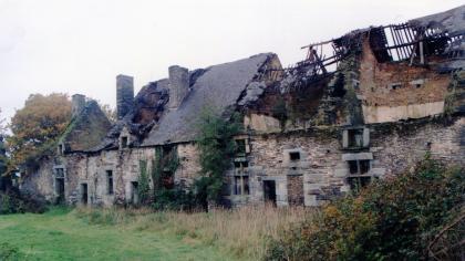 Le logis ruiné du château des Salles de Rohan en 1992.