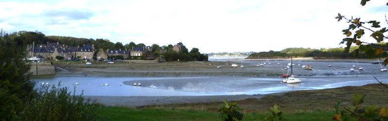 L'embouchure de l'Arguenon et le port du Guildo. A un quart de lieue du château, c'est là que le prince de Condé s'embarqua pour Jersey en 1585. Tout au fond, les plages de la presqu'île de Saint-Jacut