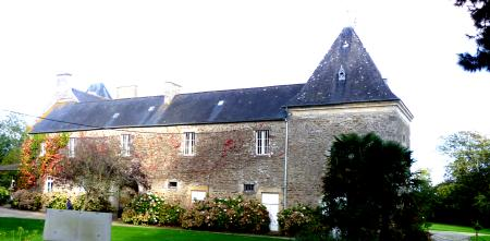 Le château du Val d'Arguenon. Vue de l'aile du XVIe siècle, coté ouest.