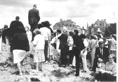 """Quelques protestants réunis le 24 juin 1984 sur """"la Roche""""."""