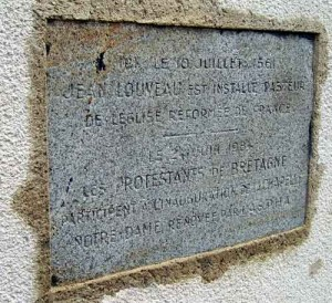"""La Roche-Bernard : plaque scellée dans la porte murée de la chapelle Notre-Dame. """"Le 10 juillet 1561, Jean Louveau est installé pasteur de l'Église réformée de France. Le 24 juin 1984, les protestants de Bretagne participent à l'inauguration  de la chapelle Notre-Dame rénovée par l'ASPHA."""