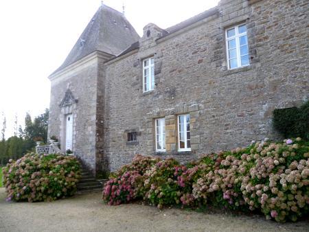 La chapelle du château du Val d'Arguénon. A l'extrémité de l'aile XVIe siècle, ce modeste édifice aurait été remanié au XIXe siècle. D'après la tradition locale, l'escalier correspond à la rampe qu'aurait gravie le prince de Condé.