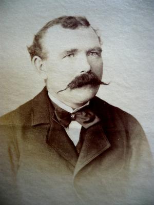 Le colporteur Louis Le Naour en 1896. Louis Le Naour était né à Lorient le 23 mars 1865. Il colporta jusqu'en 1902.