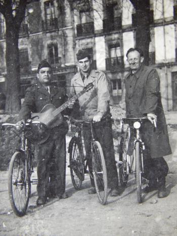 Départ sur le Mail de Rennes. D. Moralès, D. X, et Guillaume Le Quéré jr en 1945.