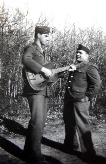 Les deux Daniel et leur guitare. Rennes 1945
