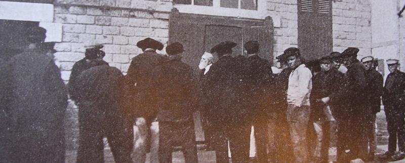 Le pasteur Jones (barbe blanche, au centre), prenant la parole en plein air, à Lesconil, au début des années 1920.