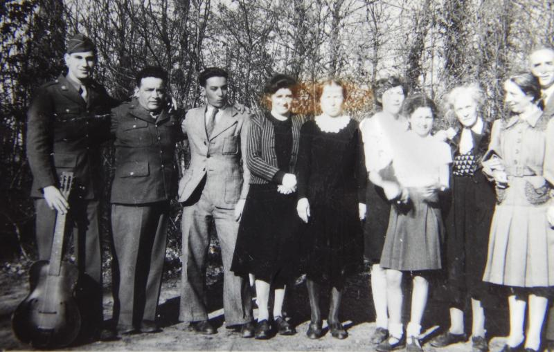 un groupe de protestants à Rennes début 1945, avec les deux évangélistes américains.