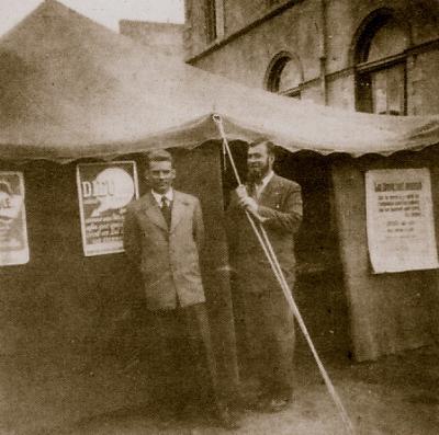 Jean Paar et Claude Broux devant la tente d'évangélisation dans les années 1960