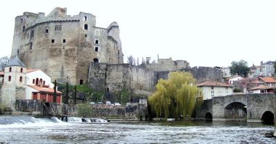 Clisson : le donjon et le pont de la vallée. Cliché Wikipédia.