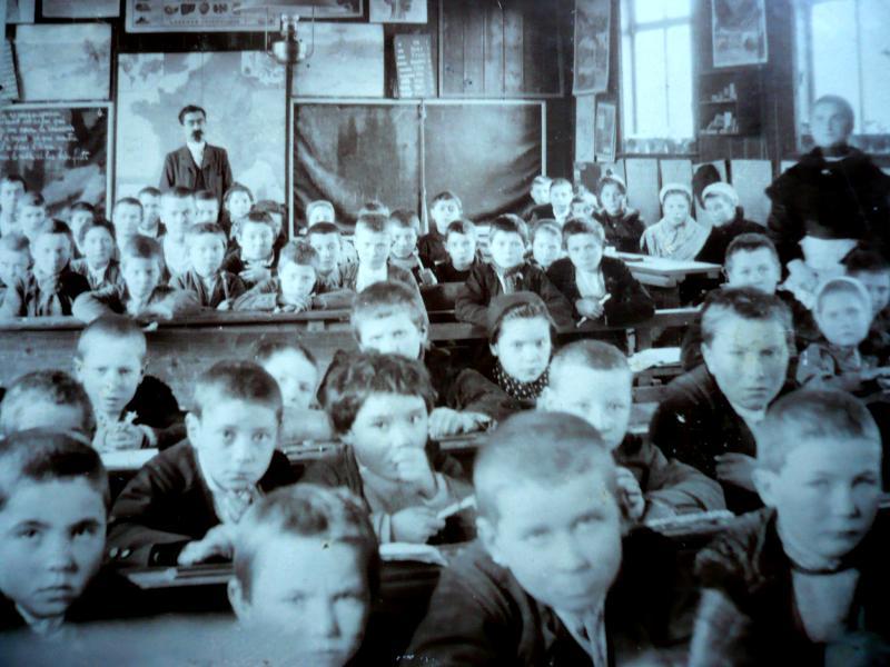 L'intérieur de la salle de classe vers 1900-1905. C'est une classe unique et mixte dont les effectifs approchent les 70 élèves. Au fond, Henri Chopin. (photo fonds privé Jenkins-Le Roux).