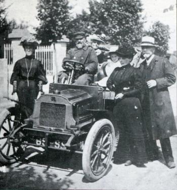 L'évangéliste Jules Sainton au volant de sa voiture en 1908. Ce pasteur baptiste était alors salarié comme agent itinérant interconfessionnel de la Mission Mac-All. (Archives de la Mission Populaire Évangélique)