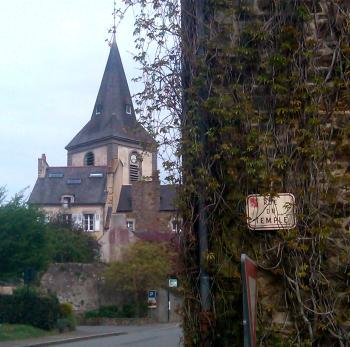 La rue du temple à Plouër-sur-Rance (Côtes-d'Armor). Au fond, l'église paroissiale.