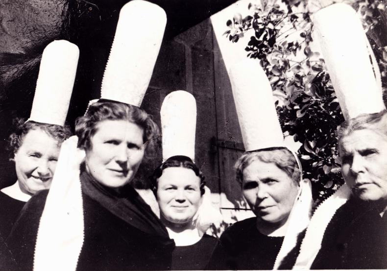 """Cinq Bigoudènes de l'Église réformée du Sud-Finistère à la fin des années 1960. De la droite vers la gauche, mesdames Biger, Gloannec, Béchénnec, ainsi que, sans doute, """"Tante Félicie"""" et Mme Bodéré."""