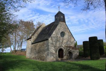 La chapelle Notre-Dame-des-champs à Vieillevigne (cliché Wikicommons). La partie correspondant au choeur du bâtiment a été rebâtie en avril 1687 avec les pierres du temple de Vieillevigne qui venait d'être détruit lors de la Révocation de l'Édit de Nantes.