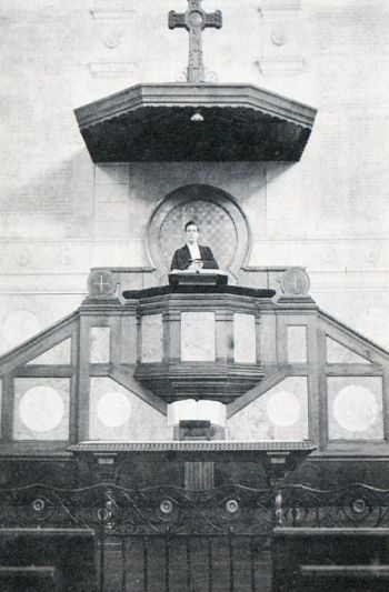 Nantes, temple de la place de Gigant. La chaire monumentale, où prêcha Henri Fargues, telle qu'elle existait encore en 1943 (André Privat, Cités mortes...  Dieu vivant, 1990, p. 160).