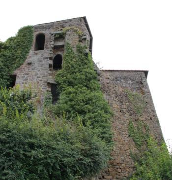 Les ruines actuelles du château de Coëtquen en Saint-Hélen (Côtes-d'Armor). Cette imposante forteresse était la propriété d'un oncle par alliance de Claude du Chastel, de religion catholique. Les jeunes époux Charles et Claude Gouyon s'y réfugièrent au lendemain de la Saint-Barthélemy, sous la sauvegarde de Jean de Coëtquen.