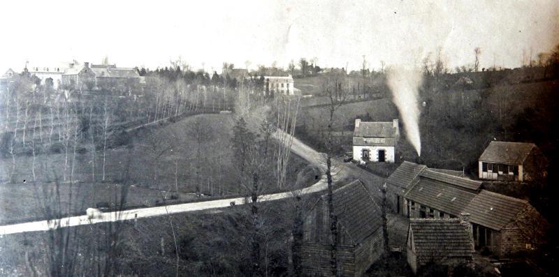 La mission baptiste de Trémel, vue générale vers 1914. Les bâtiments au premier plan sont ceux du moulin de Dour Uzel où a été installée un usine à lin, tandis que le coeur de l'oeuvre est sur la colline à gauche, à demi cachée par un rideau d'arbres. On y distingue en teinte claire le toit du temple avec ses lucarnes, et au centre de la photo le bâtiment de l'école des garçons, construit en 1891.
